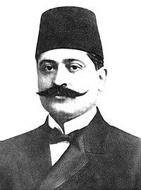 Un homme portant fez et moustache.