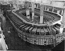 Une grande structure en forme d'ovale.
