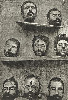 Des têtes décapitées sur une étagère.