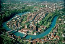 photo aérienne de la vieille ville de Berne, placée dans un lacet de l'Aar