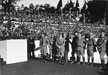 Photographie en noir et blanc d'Adolf Hitler lors du congrès du Parti nazi de 1935 à Nuremberg.