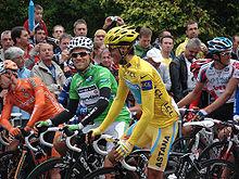 Photographie d'Alberto Contador, portant le maillot jaune au départ d'une départ du Tour de France 2010