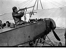 Guynemer dans son «Parasol», montrant à la foule comment il abattît sa première victime le 19 juillet 1915.