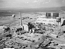 Vue aérienne du réacteur B en juin 1944. Le bâtiment du réacteur se trouve au centre et deux grands châteaux d'eau l'encadrent.