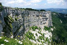 photo montrant la falaise du creux-du-van par le côté