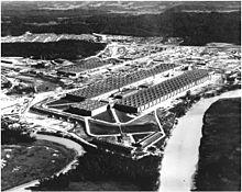 Vue aérienne d'un énorme bâtiment en forme de U.