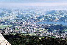 photo du Plateau suisse prise depuis le mont Pilatus, au premier plan la ville de Lucerne et les monts du Jura à l'arrière plan
