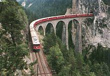 photo d'une vue de dessus d'un train sur le viaduc de «Landwasser»
