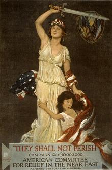 Une femme en blanc, brandissant une épée, protège une petite fille réfugiée contre elle, l'enveloppant d'un drapeau américain.