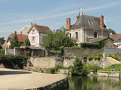 Photographie de maisons autour des Douves du château.