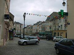 Photographie de la place du marché, l'ancienne mairie était située dans le premier bâtiment à gauche.