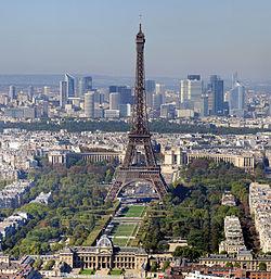 Paris, med Eiffeltornet i förgrunden och skyskraporna i La Defense i bakgrunden