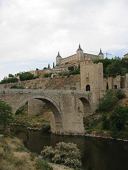 L'Alcázar de Tolède et le pont d'Alcántara sur le Tage.