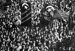 Manifestation, les drapeaux portent l'étoile et le croissant, avec des inscriptions en alphabets arabe et arménien.