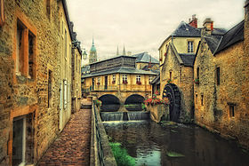 Le centre historique, la cathédrale Notre-Dame, l'Aure et l'office de tourisme