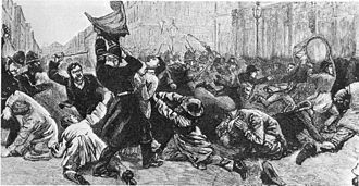 Des hommes se battent dans les rues d'une ville.