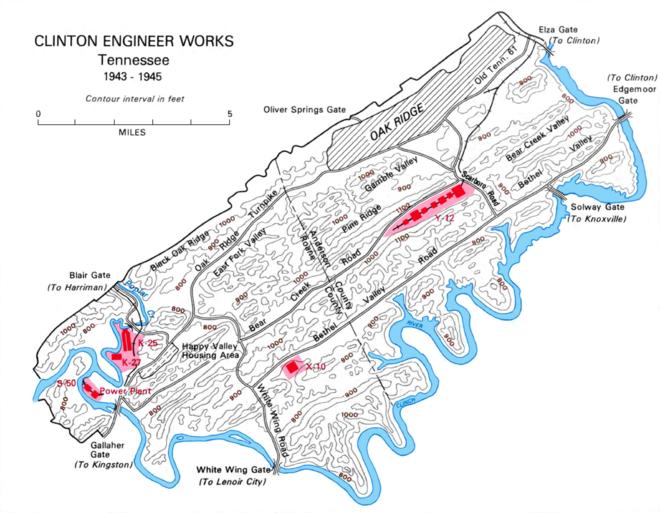 Carte du site d'Oak Ridge. Il y a une rivière au sud et une ville au nord.